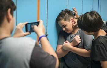 Detective en Barcelona que investiga un caso de acoso escolar o Bullying