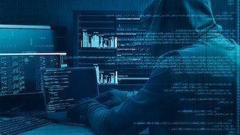 Detective en Barcelona que investiga un caso de fraude en internet o Phishing