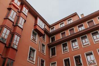 Detective en Barcelona que investiga un caso de patrimonio