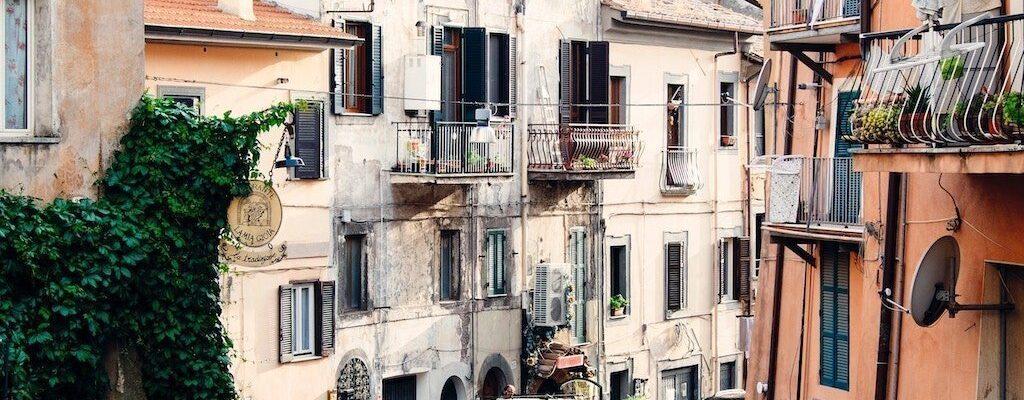 Detective en Barcelona que investiga un caso de rescisión de contrato de alquiler