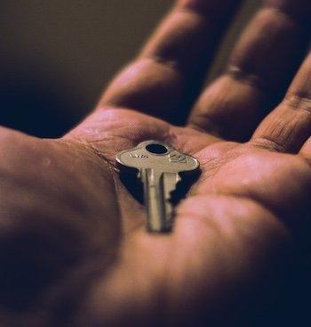 Persona que cede su vivienda de Barcelona a una tercera persona sin la autorización de su propietario