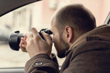 Investigador privado desde su coche en busca de pruebas judiciales